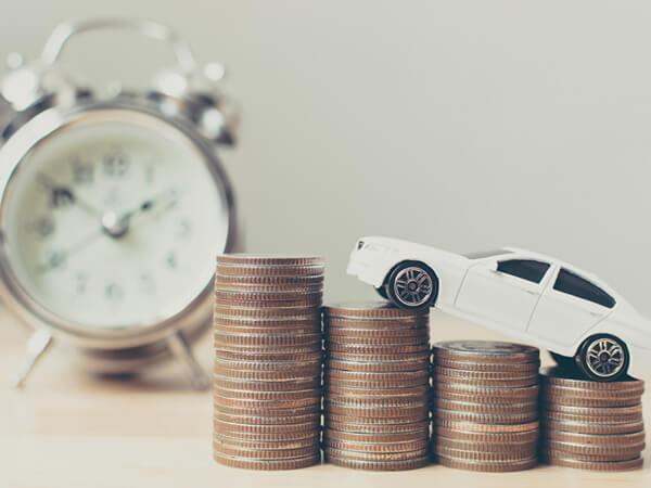 写真:時計とコインと車